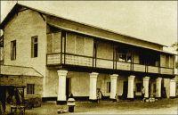 Lomé, maison d'habitation pour européen, en 1908. – Il s'agit d'une demeure connue comme « la maison du Dr Anthony ». Construite en 1904 par la firme allemande Oloff, à proximité du croisement de la Marktstrasse (rue du Grand Marché) et de la Zechstrasse (avenue de la Libération), la maison fut vendue en 1924 comme « bien ennemi ». La famille Anthony, qui l'acquit alors, en est encore propriétaire de nos jours. Il subsiste quelques maisons de cette époque au Togo, souvent modifiées d'adjonctions ultérieures. Certaines cependant, dans les localités de l'intérieur du pays (à Anié et Agou notamment), ont conservé leur aspect d'origine plutôt dépouillé, favorisant la circulation de l'air.