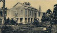 Porto Novo, maison européenne. - La ville de Porto-Novo est le chef-lieu du cercle du même nom et le lieu de résidence, avec Cotonou, du Gouverneur général de la colonie. Le cercle compte en 1947 une population de 500 Européens et 324 817 Africains. A cette époque, la ville est reliée deux fois par semaine à Cotonou et à Lagos (Nigeria) par la voie lagunaire  grâce à des pirogues de 10 à 20 t, et quotidiennement à Cotonou par le train. Source : Guid'AOF, édition 1948.