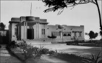 Lomé, palais de l'Assemblée Représentative. – Carte postale expédiée en 1951. Le Togo de l'immédiat après guerre est le lieu d'une grande effervescence politique. L'assemblée représentative du Togo voit le jour en 1946. Elle compte 30 membres dont 6 français et 24 togolais. Cinq ans durant, elle est présidée par Sylvanus Olympio, élu le 8 décembre 1946. Sylvanus Olympio, secrétaire général du  CUT (comité d'unité togolaise), bataille à la fois pour la réunification des parties éwé du Togo et de la Gold Cost, avec le soutien du leader anglophone Chapmann, et pour l'indépendance. Il fait plusieurs interventions remarquées à la tribune des Nations Unis, mais en 1956 les habitants du Togo britannique, devant l'imminence de l'indépendance, se prononcent massivement dans les urnes pour leur rattachement à la Gold Coast ; c'en est fait du projet d'Ewéland. Les relations d'Olympio avec les autorités coloniales sont houleuses. En 1952, ces dernières font pression sur son employeur, le groupe Unilever, pour qu'il soit nommé à Paris et ainsi l'éloigner de l'arène togolaise ; il démissionne. Un peu plus tard, il est poursuivi sous des motifs fiscaux et perd ses droits civiques pour cinq ans. D'autres partis, le PTP de Nicolas Grunitsky et l'UCPN (l'Union des chefs et des populations du Nord), une scission du CUT provoquée par l'administration française, prennent un temps l'ascendant, remportant toutes les élections. Mais à partir de 1958, le CUT, allié à la JUVENTO et au MPT, revient aux affaires et négocie la sortie de l'autonomie et l'accès à l'indépendance que proclame le 27 avril 1960 Sylvanus Olympio devenu premier ministre. Paradoxe de l'Histoire, son parti, le CUT, avait été fondé peu avant la guerre à l'initiative du gouverneur français Montagné, pour contrecarrer les velléités coloniales allemandes.
