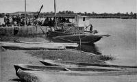 Cotonou, débarcadère lagune - cliché Franck Kpade – Cotonou est reliée par voie lagunaire tous les deux jours à Abomey-Calavi et tous les cinq jours à Porto-Novo grâce à des pirogues de 10 à 20 t.