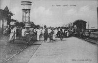 Lomé, un train en gare – « À compter de 1904, trois voies ferrées furent construites à partir de Lomé, disposées radialement dans trois directions différentes. La première, la ligne côtière Lomé-Anécho, fut ouverte au trafic en juin 1905. Suivit en janvier 1907 la ligne du nord-ouest en direction de Kpalimé à 125 km, puis la ligne du nord, vers Atakpamé, longue de 162 km, qui fut mise en service le 1er avril 1911. Cette performance technique, réalisée en l'espace de dix années à peine, mérite d'autant plus d'être reconnue comme un exploit si on la compare en particulier aux constructions de voies ferrées effectuées sous le mandat français qui, en plus de vingt cinq ans, n'a pu prolonger la ligne nord que de 113 km, jusqu'à Blita. » Deutsche Architektur in Togo 1884 – 1914, Wolfgang Lauber, éditions Karl Kramer Verlag, Stuttgart, 1993.