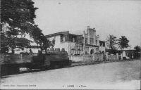 Lomé, un train passant devant la Poste (ancienne poste)