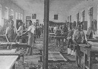 Lomé, apprentis menuisiers à l'école des missions de Lyon – L'école professionnelle de Lomé est construite par la mission catholique entre 1906 et 1912 comme centre de production et de formation (mécanique, couture, menuiserie, imprimerie…). Elle a formé des générations de bons artisans pour tout le pays.