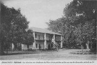 Athlémé, la mission ou résidence du Père, trois petites salles au rez-de-chaussé, autant au premier – Athiémé est le chef-lieu du cercle du même nom qui compte, en 1948, une population de 212 662 Africains et 37 Européens. Athiémé est relié à Cotonou grâce à une flottille de barques à fond plat sur le Lac d'Athiémé assurant le transport des produits vers la gare de Segboroué.