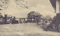 Porto Novo, un coin du marché. - Porto Novo, maison européenne. - La ville de Porto-Novo est le chef-lieu du cercle du même nom et le lieu de résidence, avec Cotonou, du Gouverneur général de la colonie. Le cercle compte en 1947 une population de 500 Européens et 324 817 Africains. A cette époque, la ville est reliée deux fois par semaine à Cotonou et à Lagos (Nigeria) par la voie lagunaire  grâce à des pirogues de 10 à 20 t, et quotidiennement à Cotonou par le train. Source : Guid'AOF – édition 1948.